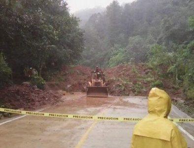Fuertes lluvias causan derrumbes en carreteras de San Dimas