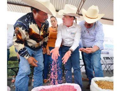 Entrega Aispuro apoyos a productores del norte del estado