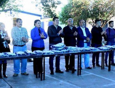 Entregan uniformes a estudiantes de nivel básico en Vicente Guerrero