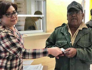 Entregan aguinaldo a trabajadores municipales de Guadalupe Victoria