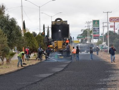 Colocan carpeta asfáltica en salida de Villa Unión