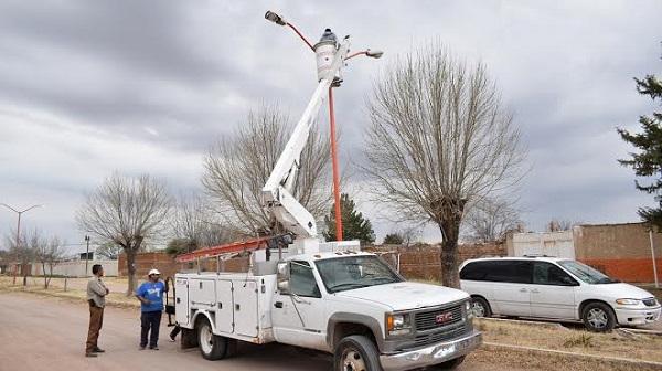 Continúa reparación de luminarias en Peñón Blanco