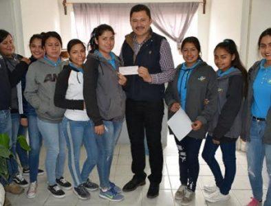 Alcalde de Peñón Blanco entrega apoyo económico a escolta de Nuevo Covadonga