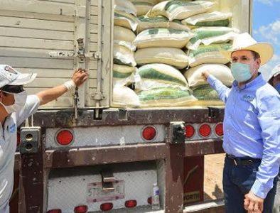 Gobernador entrega 120 toneladas de suplemento en Santiago Papasquiaro
