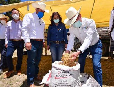 Reciben suplemento alimenticio para ganado 300 productores de Tamazula, Canelas y Topia