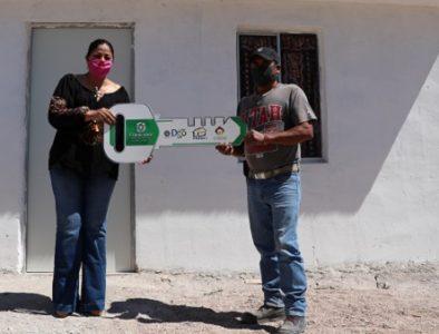 Entregan cuartos adicionales a familias que vivían en hacinamiento en Cuencamé