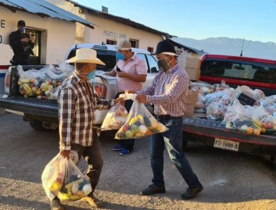 Recorre Héctor Herrera comunidades de Otáez para entregar apoyos a familias