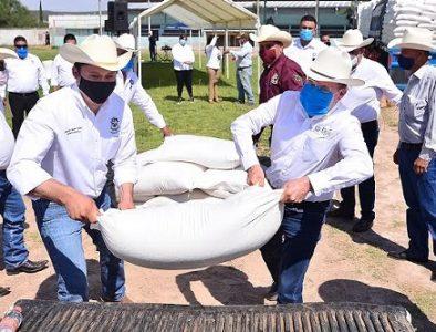 Lleva Gobernador apoyos al campo de Peñón Blanco y Coneto de Comonfort,