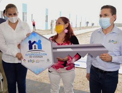 Gobernador entrega viviendas dignas para 50 familias más en Gómez Palacio