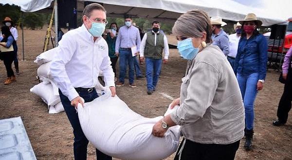 Aispuro entrega semilla de avena forrajera a productores de Canatlán