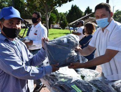 Alcalde de Peñón Blanco entrega uniformes a empleados municipales