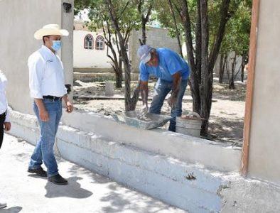 Alcalde de Peñón Blanco supervisa construcción de barda perimetral en Luis Moya
