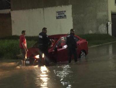 Elementos de la DMSP ayudan a ciudadano con vehículo varado en zanja oculta por la lluvia