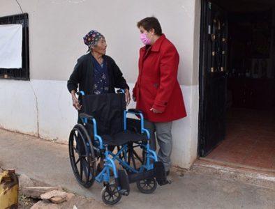 DIF municipal de Guadalupe Victoria entrega silla de ruedas a mamá de Beni