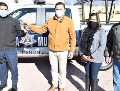 Entregan patrulla y chamarras a elementos policiacos de Peñón Blanco