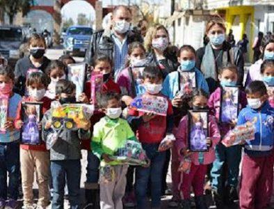 Continúa la entrega de juguetes y aguinaldos en la cabecera municipal de Poanas