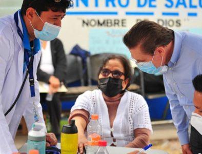 Supervisa Gobernador aplicación de vacunas en Vicente Guerrero y Nombre de Dios