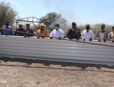 Entregan material para la construcción de una techumbre en Cerrito Colorado