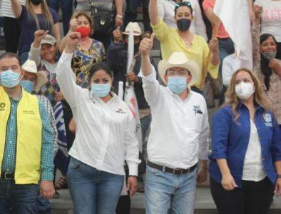 En San Juan del Río, Luly Martínez y Gerardo Galaviz escuchan demandas de habitantes