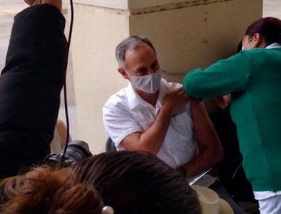 Hugo López-Gatell recibe dosis de Pfizer contra Covid