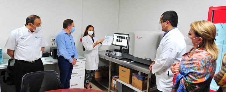 Entregan Aispuro y Elvira nuevo aparato para diagnosticar tipos de leucemia en pacientes
